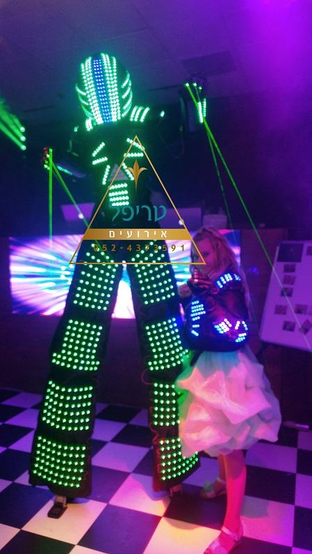 מסיבת רובוט לבת מצווה , רובוט לבת מצווה , רובוט לאירועים , רובוט רוקד לבת מצווה , חליפת רובוט בת מצווה , חליפת רובוט בר מצווה