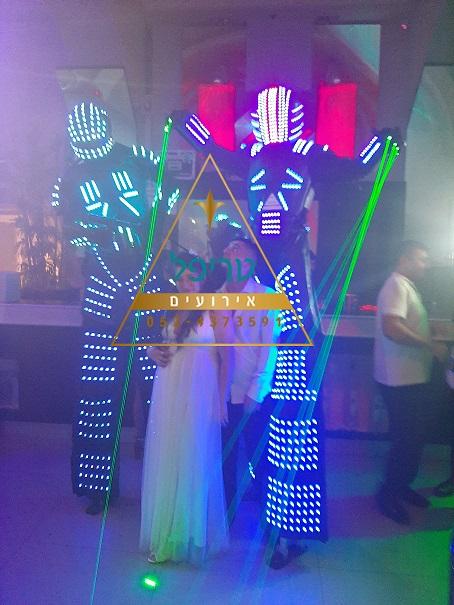 רובוטים לאירועים , רובוטים לחתונה , רובוט לד לחתונה , מסיבת רובוטים לחתונה , טריפל אירועים , רובוט לייזר לחתונה , רובוט לדים לאירועים